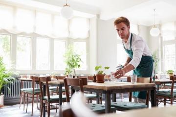 שירות לא כולל זכויות: כך נדפקים המלצרים בשוק העבודה